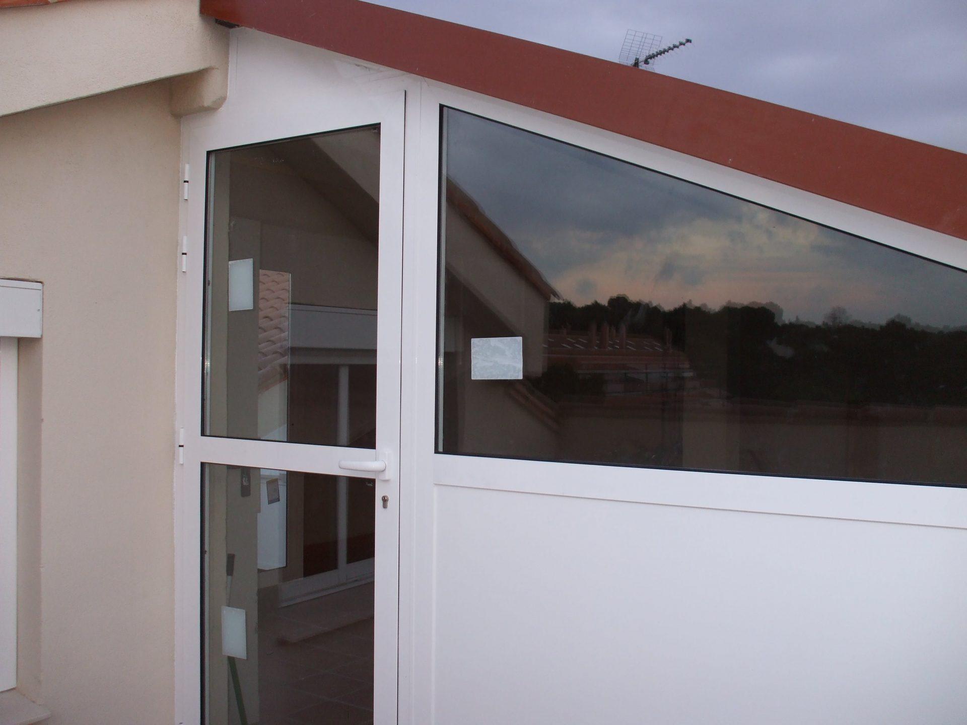 Cerramiento y puerta realizada por Finestral