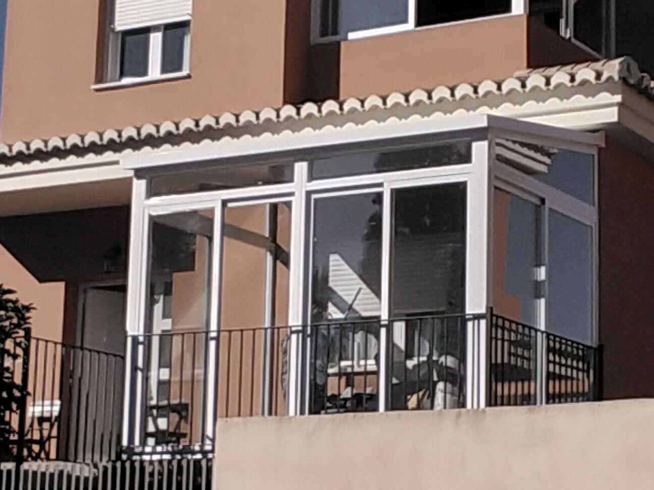 Cerramiento acristalado de balcón exterior casa unifamiliar. Vista desde exterior vivienda