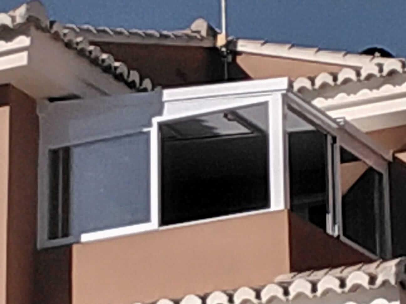 Cerramiento acristalado de balcón exterior. Vista desde exterior vivienda
