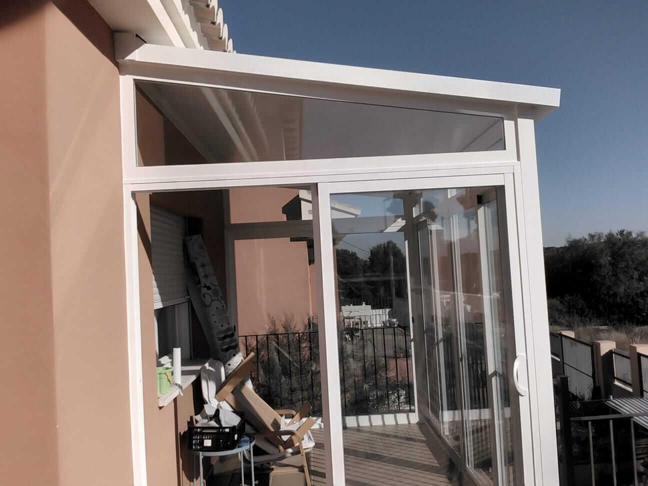 Cerramiento acristalado en balcón exterior casa unifamiliar. Vista desde el exterior de la vivienda
