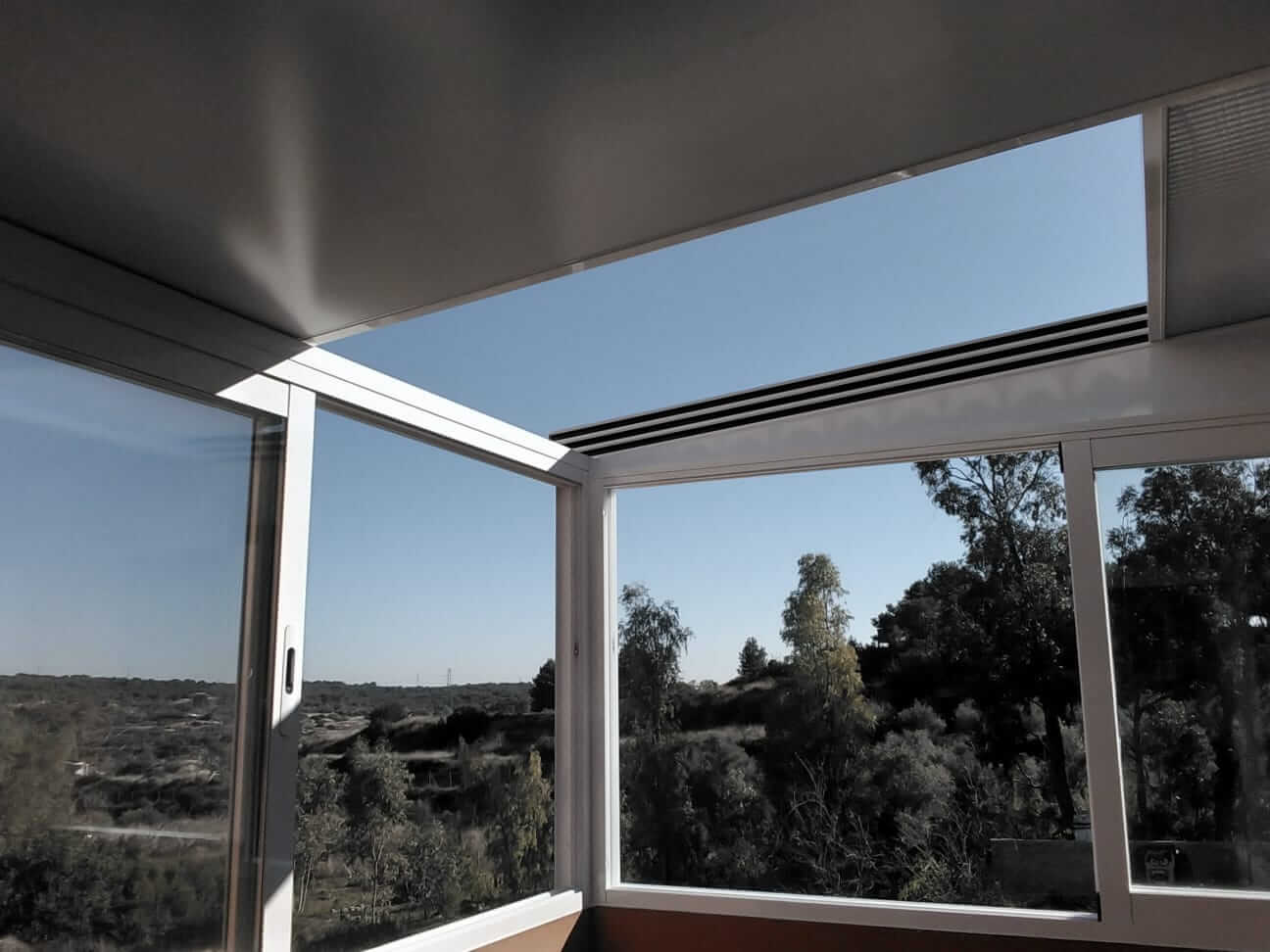 Cerramiento acristalado en balcón exterior, con techo abatible.