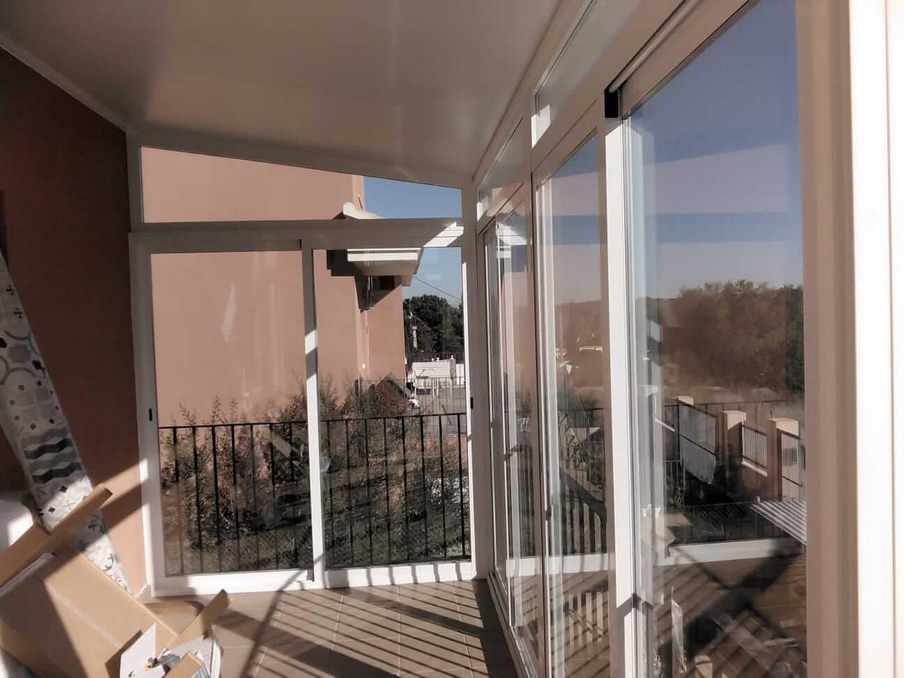Cerramiento acristalado en balcón exterior. Vista desde el interior de la vivienda