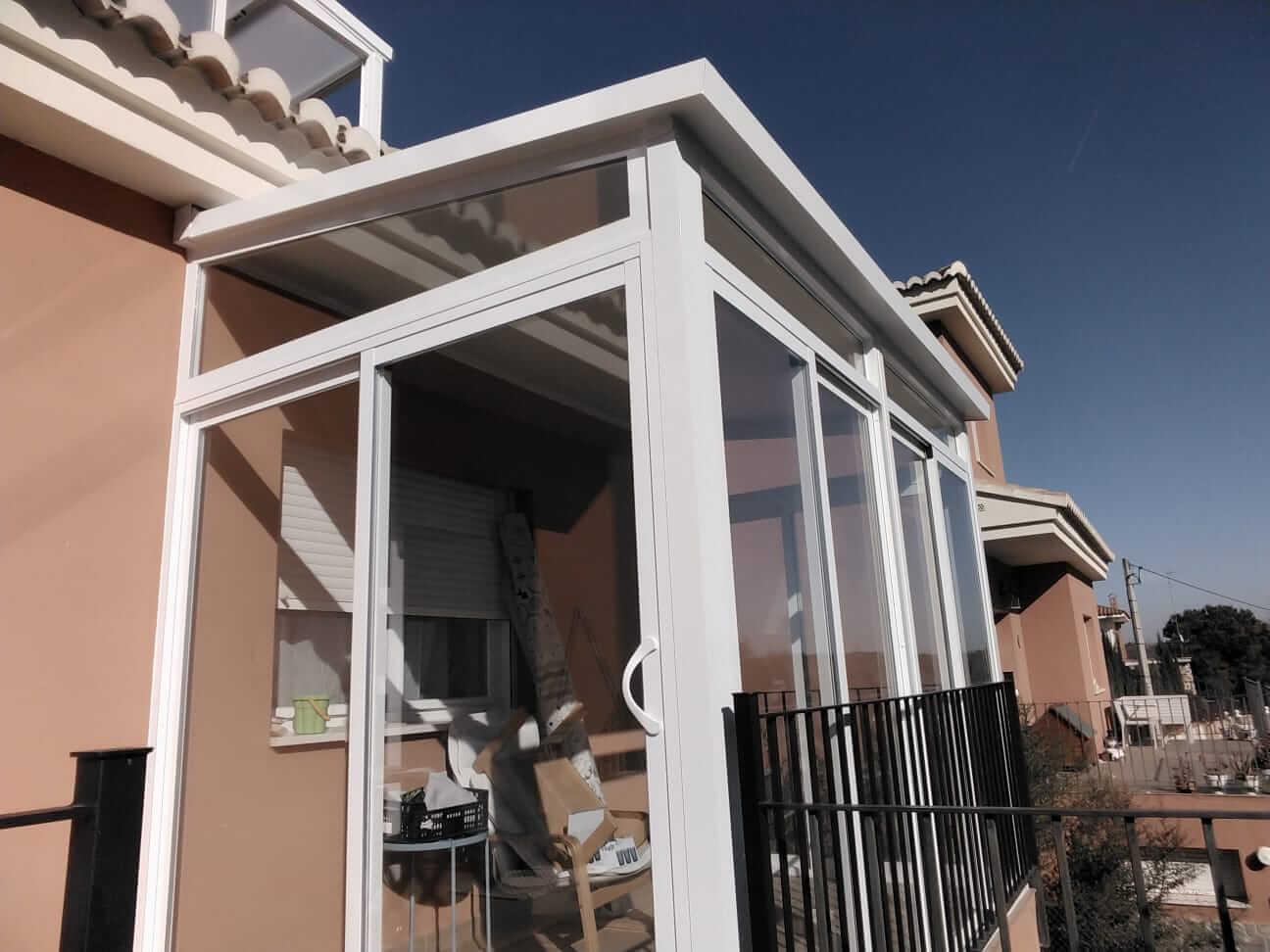 Cerramiento de cristal en balcón exterior. Vista desde el exterior de la vivienda