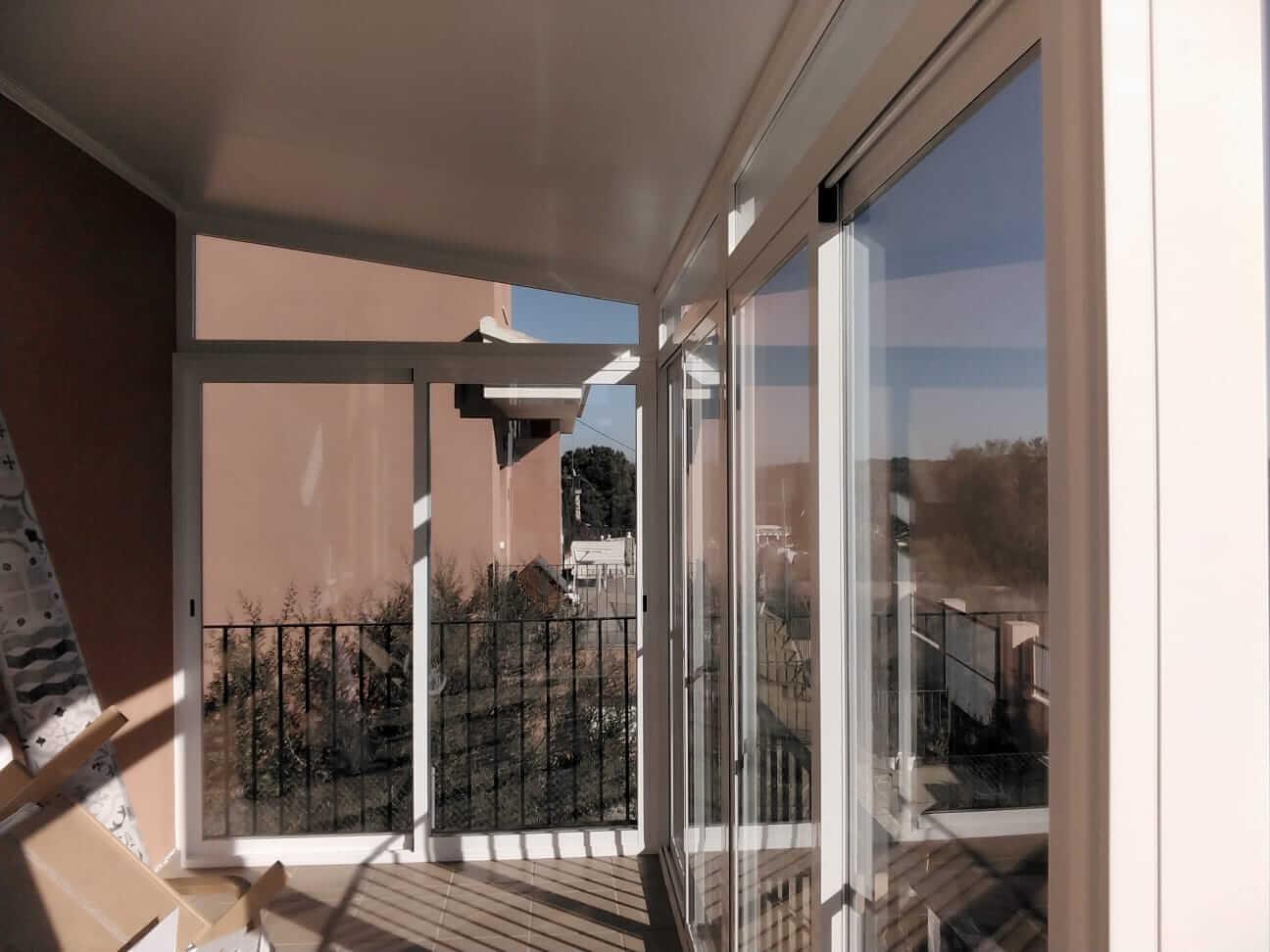 Cerramiento de cristal en balcón exterior. Vista desde el interior de la vivienda