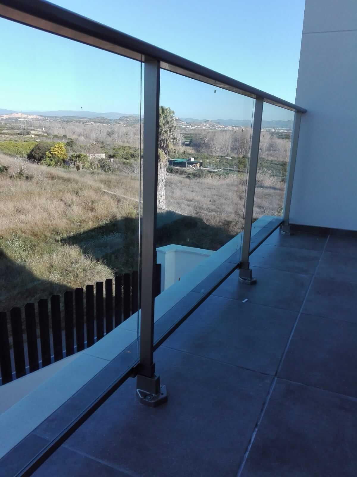Barandilla de balcón de acero con cristales transparentes