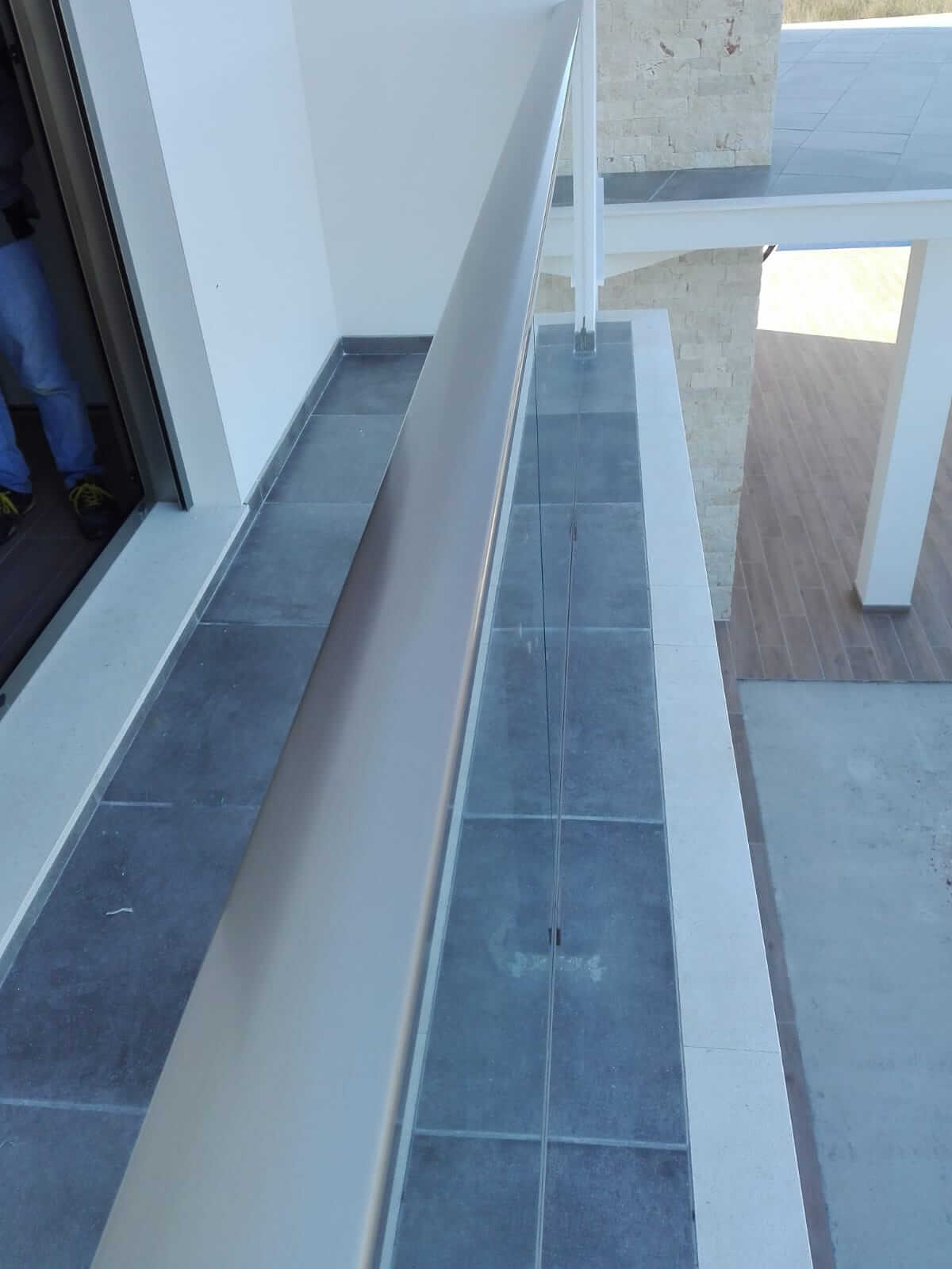 Barandilla de metal con cristal en balcón de vivienda